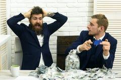 Деловые партнеры, бизнесмены на встрече в офисе Бородатый сотрясенный босс и коллега с карточкой наличных денег и пластмассы cash Стоковая Фотография RF