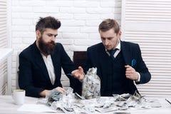 Деловые партнеры, бизнесмены на встрече в офисе Наличные деньги выдают концепцию Коллеги собирая деньги в опарнике вместо Стоковая Фотография