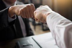 Деловые партнеры давая рему кулака к старту приветствию обязательства стоковое изображение
