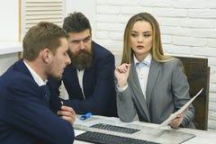 Деловые партнеры или бизнесмены на встрече, предпосылке офиса Концепция консультаций по бизнесу Юрист или бухгалтер женщины Стоковая Фотография RF