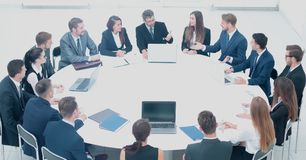 Деловые партнеры обсуждают модальности подписания нового contra Стоковое Фото