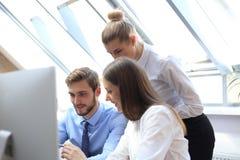 Деловые партнеры обсуждая документы и идеи на встрече стоковое фото