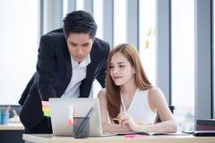 деловые партнеры объединяются в команду работать совместно на столе с компьтер-книжкой и документом Бизнесмен используя ноутбук и стоковые изображения rf