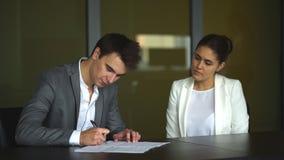 деловые партнеры подписывают контракт сток-видео