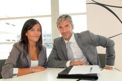 Деловые партнеры подписывая подряд Стоковая Фотография RF