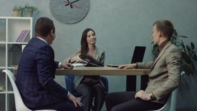 Деловые партнеры подписывая согласование в офисе акции видеоматериалы
