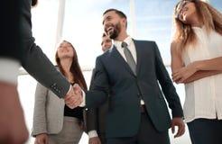 Деловые партнеры приветствуя один другого с рукопожатием стоковые фото