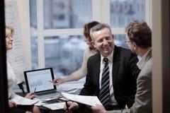 Деловые партнеры принимались за диалог в современном офисе стоковое изображение
