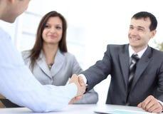 Деловые партнеры рукопожатия в рабочем месте Стоковая Фотография