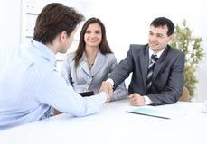 Деловые партнеры рукопожатия в рабочем месте Стоковое фото RF