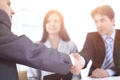 Деловые партнеры рукопожатия в рабочем месте стоковое изображение rf