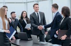 Деловые партнеры рукопожатия на встрече в офисе Стоковая Фотография