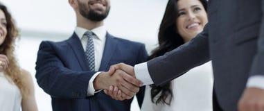 Деловые партнеры рукопожатия на встрече стоковое фото rf