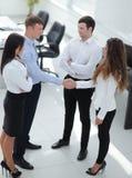 Деловые партнеры рукопожатия перед беседами Стоковая Фотография