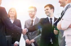Деловые партнеры рукопожатия перед деловой встречей Стоковое Изображение