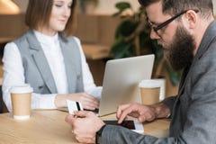 деловые партнеры coworking в кафе пока человек стоковое фото rf