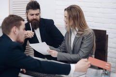 Деловые переговоры, обсуждают рабочееа задание Концепция атмосферы офиса Коллеги на встрече, офис дела Стоковая Фотография