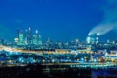 """Деловый центр """"Москва-cityÂ"""" Москвы международный Ночь или городской пейзаж выравниваться Голубое небо и уличные светы зодчество  стоковые фото"""