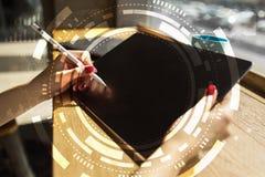 Дело виртуального экрана, технология и концепция интернета стоковое изображение