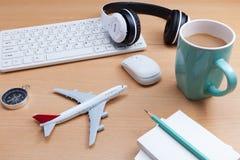 Дело возражает на столе офиса с моделью самолета, tra дела стоковые фотографии rf
