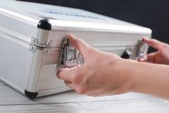 Дело вручает товары ценности хранения и предохранения от замка стоковая фотография
