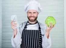 Дело денег профессиональный повар шеф-повара в кухне ресторана vegetarian Витамин диеты кулинарная кухня овощ стоковые фотографии rf
