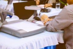 Дело и бумаги рук на настоящем моменте таблицы семинар встречи с космосом экземпляра добавляют текст теплый ретро цвет тона стоковые фото