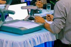 Дело и бумаги рук на настоящем моменте таблицы семинар встречи с космосом экземпляра добавляют текст теплый ретро цвет тона стоковое изображение rf