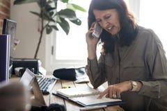 Дело кавказской женщины говоря на телефоне стоковое изображение