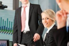 Дело - команда в офисе стоковое фото
