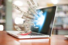 Дело дело компьтер-книжки онлайн делая долларовые банкноты денег Стоковое Изображение RF