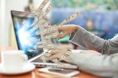 Дело дело компьтер-книжки онлайн делая долларовые банкноты денег Стоковые Изображения RF