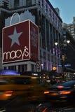 Дело корабля- флагмана ` s Macy розницы Манхаттана универмага NYC Macys ходя по магазинам стоковые фото
