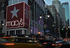 Дело корабля- флагмана ` s Macy розницы Манхаттана универмага NYC Macys ходя по магазинам стоковые изображения