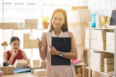 Дело МАЛЫХ И СРЕДНИХ ПРЕДПРИЯТИЙ upentrepreneur начала онлайн, большой палец руки показа владельца женщин мелкого бизнеса красивы стоковое фото rf