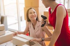 Дело МАЛЫХ И СРЕДНИХ ПРЕДПРИЯТИЙ upentrepreneur начала онлайн, владелец женщин мелкого бизнеса красивый азиатский работая совмест стоковые изображения rf