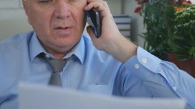 Дело менеджера говоря к смартфону стоковая фотография