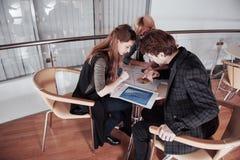 дело начинает вверх Группа в составе молодой архитектор на офисе Работа команды Стоковое фото RF
