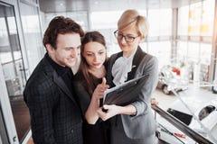 дело начинает вверх Группа в составе молодой архитектор на офисе Работа команды Стоковая Фотография