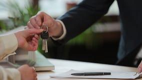 Дело, недвижимость, дело и концепция людей - укомплектуйте личным составом давать ключи дома к женщине на офисе акции видеоматериалы