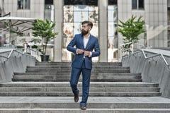 Дело основателя успешное Завоюйте мир дела Мотировать для успеха Бизнесмен в современном городе Начинать  стоковое фото rf