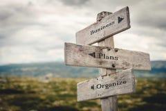 Дело, планы и организовать деревянный outdoors указателя в природе стоковые изображения
