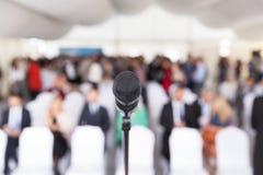 дело предводительствует стол конференции изолированный над белизной Корпоративное представление Микрофон стоковые фотографии rf