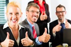Дело - предприниматели имеют встречу команды стоковое изображение rf