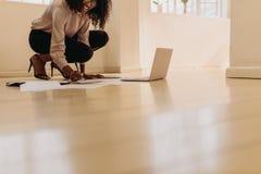 Дело предпринимателя женщины управляя от дома стоковое изображение