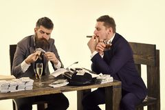 Дело приниманнсяое за компанией противозаконное Люди сидя на таблице с кучами денег и машинки Противозаконная концепция дела Стоковое Изображение RF