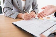 Дело случая сотрудничества подписания бизнес-леди Стоковые Изображения
