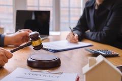 дело Со-вклада и договор подряда подписания команды юриста или судьи, стоковое фото rf