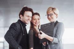 Дело, технология и концепция офиса - усмехаясь женский босс говоря к делу объединяется в команду стоковое фото rf