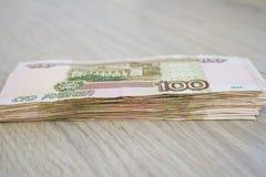 Дело, финансы, сбережения, концепция банка - близкая поднимающая вверх пачка банкнот денег русских 100 рублей Стоковое Изображение RF